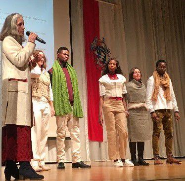 Bei einer Modenschau auf der Passauer Nachhaltigkeitskonferenz sind einige Personen auf der Bühne.