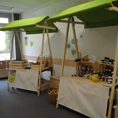 Das Bild zeigt Marktstände in einem Raum mit unverpackten Lebensmitteln.