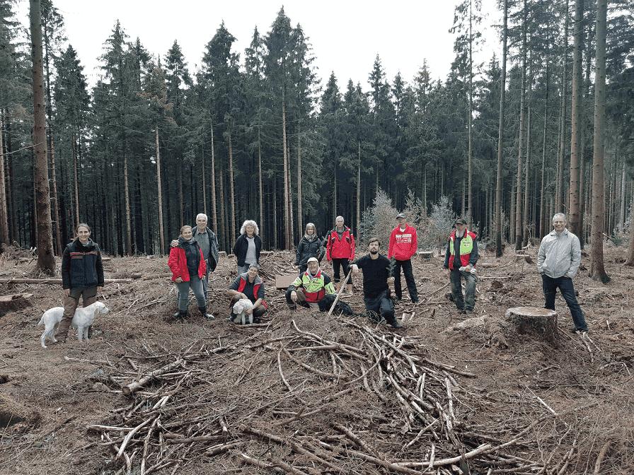 Mitglieder des WOHNmobil für Klimaschutz e.V. bei einer Baumpflanzaktion.