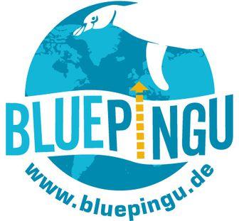 Eine blaue Weltkugel vor welche von oben rechts ein Pinguin schwimmt. In der Mitte der Weltkugel prangt der Schriftzug Bluepingu, wobei das i als gelber Pfeil nach oben dargestellt ist. Unter der Weltkugel steht in geschwungener Schrift www.blue-pingu.de.