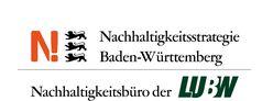 """Oberhalb eines Striches ist ein großes rotes N, drei Löwen sowie der Schriftzug """"Nachhaltigkeitsstrategie Baden-Württemberg"""" zu sehen, unterhalb des Striches steht """"Nachhaltigkeitsbüro der LUBW"""", wobei das LUBW in großer grüner Schrift geschrieben ist"""
