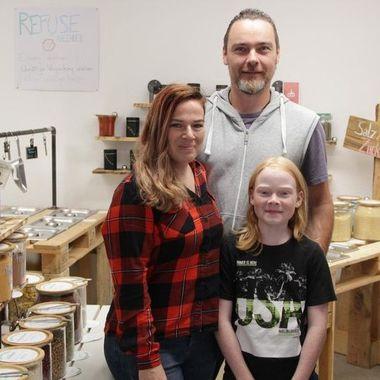 Familie Köhler stolz in ihrem Unverpacktladen.