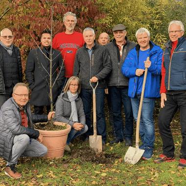 Mitglieder des Vereins bei einer Baumpflanzaktion.