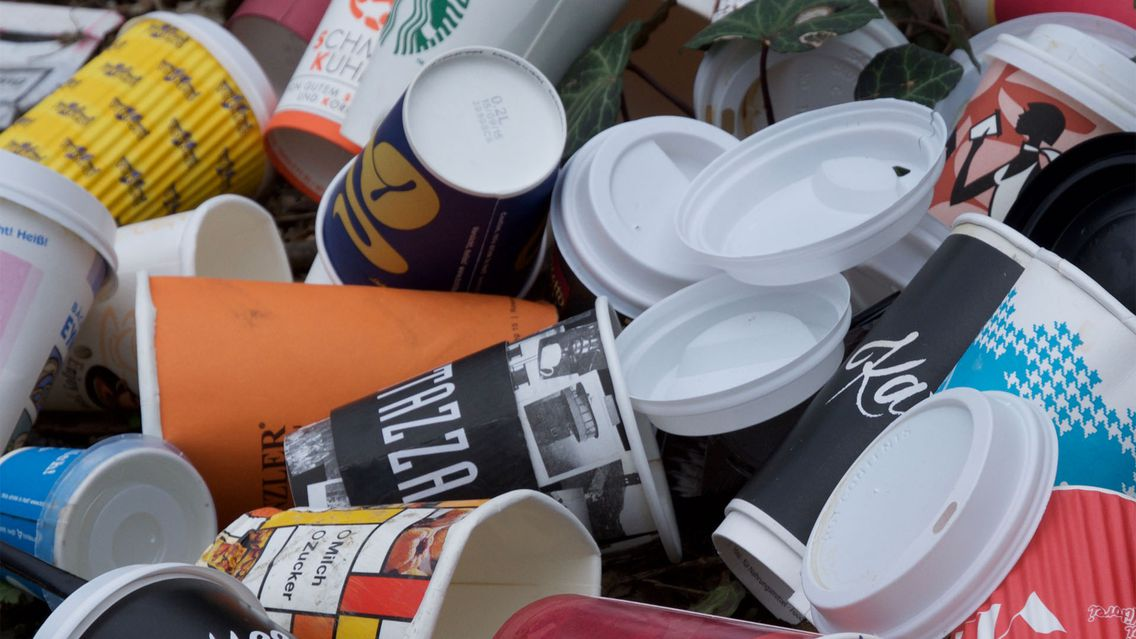 Zu erkennen ist eine Vielzahl an Wegwerfbechern. Die Initiative möchte die Müllflut durch den Einsatz von Mehrwegbechern eindämmen.