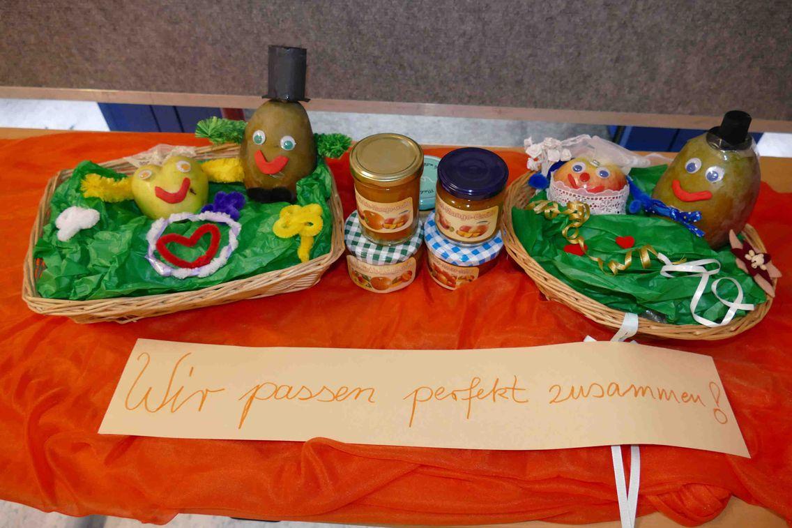 Das Bild zeigt die Ergebnisse, also einen Tisch mit Lebensmitteln, des Aktiosntags Fairtrade aus der GS in Wendelsheim.