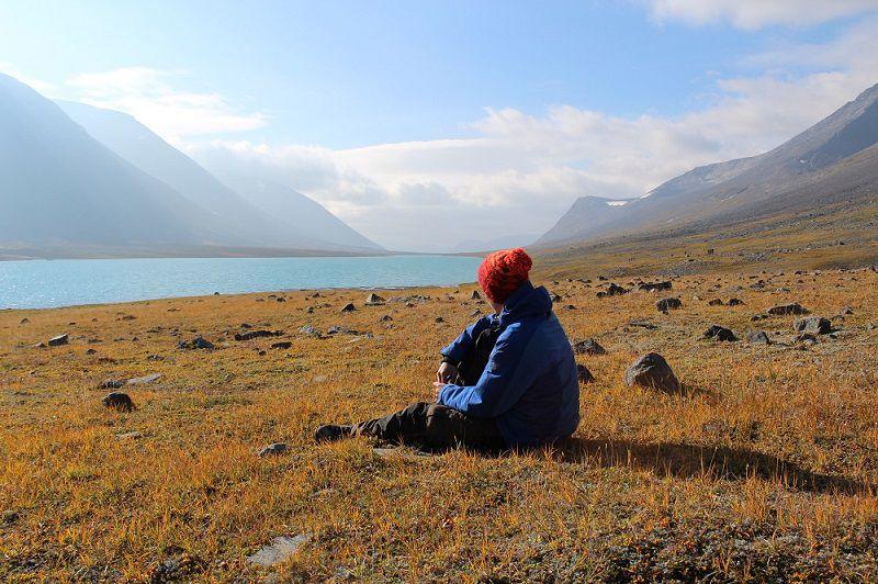 Eine Wanderer genießt die schöne Naturlandschaft.