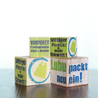 """Drei Würfel zeigen das Logo der Initiative """"Ludwigsburg packt neu ein""""."""