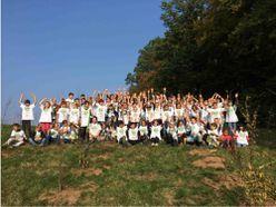 Das Bild zeigt das Team der Plant for the Planet - Akademie. Es handelt sich dabei vor allem um Schüler*innen.