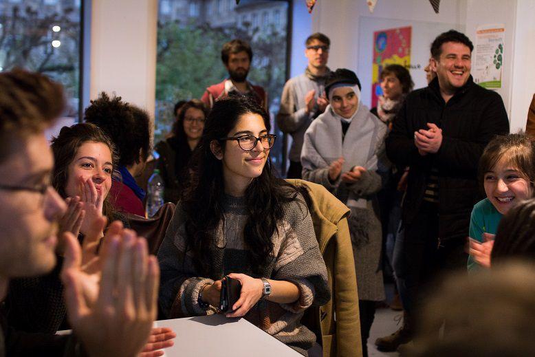 Zu erkennen sind einige fröhliche Personen bei einem Treffen oder einer Veranstaltung.