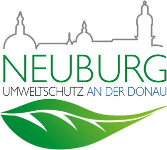 """Das Logo der Agenda in Neuburg zeigt den Schriftzug """"Neuburg"""" sowie """"Umweltschutz an der Donau"""". Darüber ist die Silhouette der Stadt zu sehen und darunter ein grünes Piktogramm eines Blattes"""