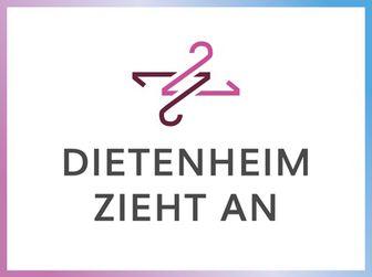 Zwei ineinander verschlungene Kleiderbügel über dem Schriftzug in den Farben Pink und Violett.