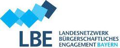 """Das Logo zeigt viele unterschiedlich blaue Quadrate über dem Schriftzug """"LBE Landesnetzwerk Bürgerschaftliches Engagement Bayern"""""""