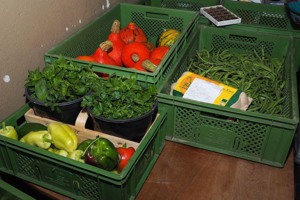 Leckeres Gemüse, Kräuter, Beeren und Eier in Kisten steht zur Abholung bereit.