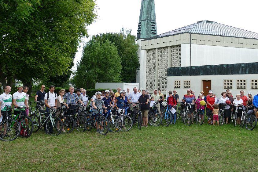 Bürgerinnen und Bürger von Neuburg an der Donau sitzen auf Fahrrädern auf einer Wiese im Zentrum