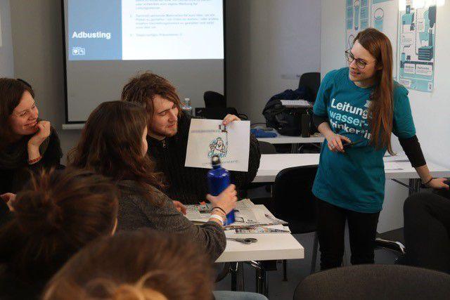 Teilnehmende in Aktion bei einem Workshop der Wasserwende.