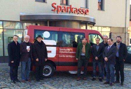 Präsentation des neuen Bürgerbus mit den Initiatoren.