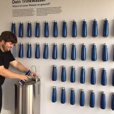 Trinkbrunnen in einer Firma in Aktion.