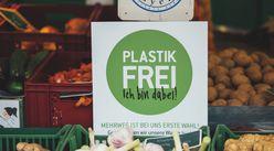 """Ein Schild des Projekts Plastikfrei mit der Aufschrift """"Plastikfrei - ich bin dabei""""."""