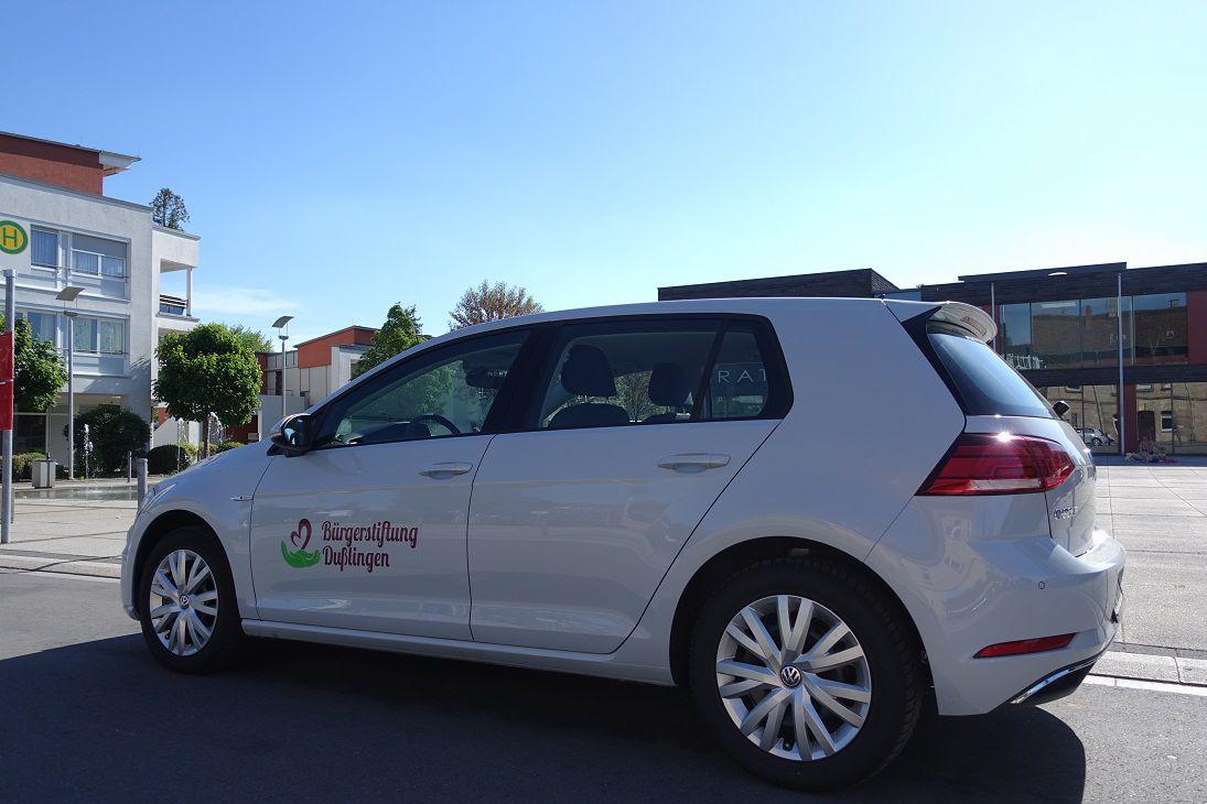 Das Bild zeigt einen VW Golf mit der Aufschrift Bürgerstiftung Dußlingen.