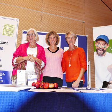 Drei Frauen der Initiative Bürger vermögen viel stehen hinter einem Infostand.