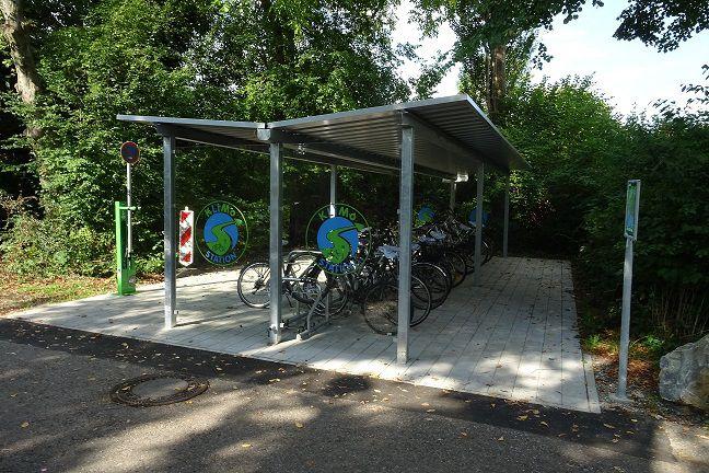 Ein überdachter Fahrradabstellplatz mit der Aufschrift Klimostation.
