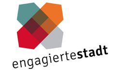 """Das Logo zeigt vier ineinander verschmelzende Balken in Form eines X mit den Farben blau, orange, grau und rot. Darunter steht der Schriftzug """"engagierte stadt"""""""