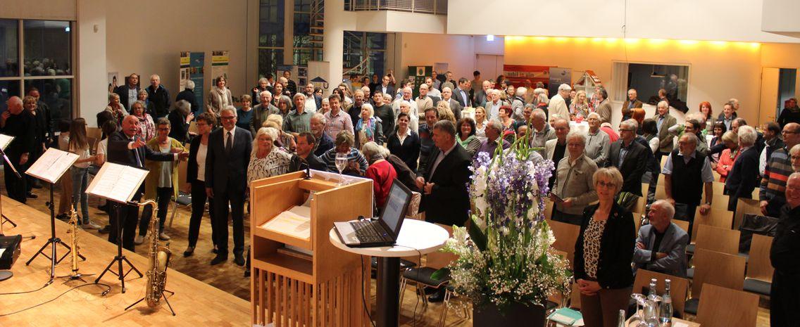20 Jähriges Jubiläum der lokalen agenda ulm 21 im Ulmer Stadthaus. Gruppenfoto mit allen Aktiven der lokalen agenda von der Bühne aus geschossen. Die Gäste stehen dabei.