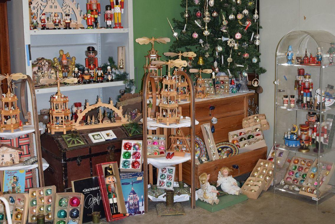 Historische Weihnachtsdeko aus Holz und moderne Artikel wurden für den Verkauf dekoriert.