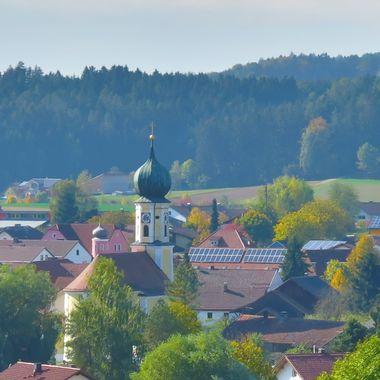 Das Ortsbild von Ascha rund um den Kirchturm