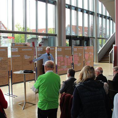 Auf insgesamt 6 Schautafeln wird die Agenda 21 der Stadt Uhingen vorgestellt. Im Vordergrund sehen ca. 20 Personen zu