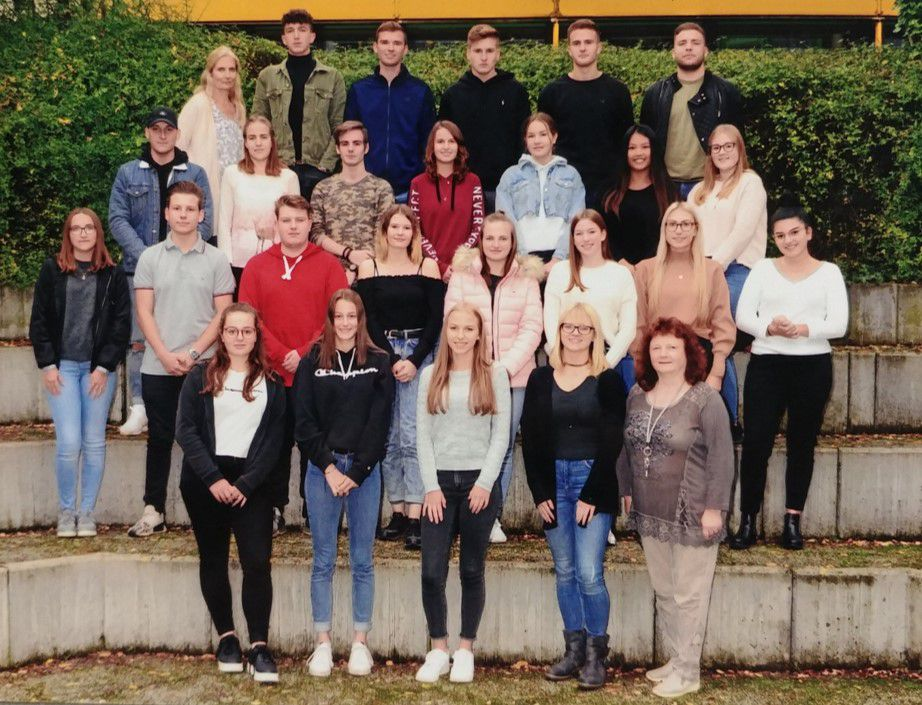 Das aktuelle Team der albTech Schüler*innengenossenschaft ist zu sehen.